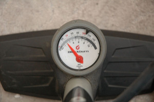 Manometr dílenské pumpy. Tento typ má i vyznačené rozsahy tlaků pro daný typ kola.