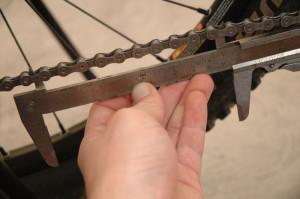 Měření opotřebení řetězu kola pomocí šuplery je nejpřesnější metodou jak stanovit nutnost výměny řetězu.